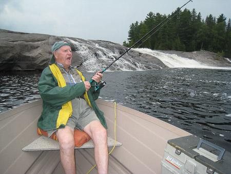 Papi Cornforth a la pêche au chutes César